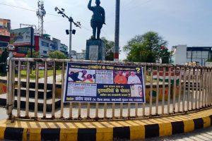 इलाहाबाद के सुभाष चौराहे पर लगा भाजपा नेताओं की तस्वीर वाला एक पोस्टर (फोटो साभार: ट्विटर/@sandeep_A2Y)