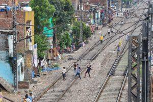 दिल्ली के आज़ादपुर रेलवे स्टेशन के पास बनी एक बस्ती. (फोटो: पीटीआई)