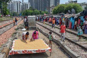 दिल्ली के सराय रोहिल्ला रेलवे स्टेशन के पास बसी एक बस्ती. (फोटो: पीटीआई)
