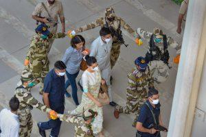 मोहाली एयरपोर्ट पर सुरक्षाकर्मियों से घिरी अभिनेत्री कंगना रनौत. (फोटो: पीटीआई)