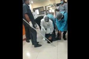 सोशल मीडिया पर सामने आए वीडियो में कोरोना मरीज़ के साथ दिख रहा अस्पताल का स्टाफ. (साभार: ट्विटर/वीडियोग्रैब)