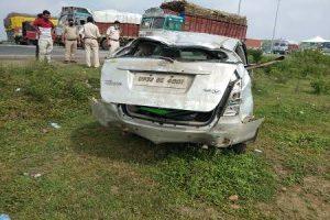 राष्ट्रीय राजमार्ग-46 पर गुना के पास क्षतिग्रस्त गाड़ी. (फोटो साभार: ट्विटर)