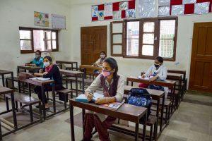 अमृतसर में कोरोना प्रोटोकॉल के तहत खुले स्कूल. (फोटो: पीटीआई)