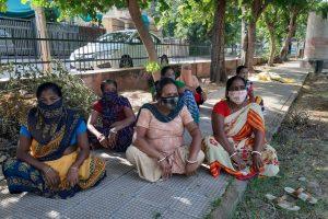 राजस्थान की राजधानी जयपुर के मालवीय नगर में घरेलू कामगार महिलाओं का एक समूह जो लॉकडाउन के बाद विभिन्न समस्याओं का सामना कर रहा है. (सभी फोटो: माधव शर्मा)