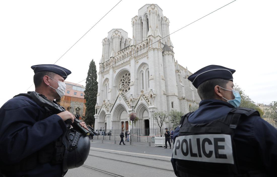 नीस में जिस चर्च में हमला हुआ उसके बाहर तैनात पुलिसकर्मी. (फोटो: रॉयटर्स)