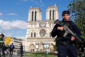 फ्रांस के नीस शहर स्थित विश्व प्रसिद्ध नॉट्रे डैम चर्च में हुए आतंकी हमले के बाद तैनात सुरक्षाकर्मी. (फोटो: रॉयटर्स)