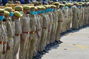 दिल्ली-नोएडा सीमा पर तैनात पुलिस. (फोटो: पीटीआई)