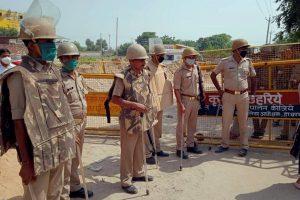 हाथरस जिले में स्थित युवती के गांव में तैनात पुलिस बल. (फोटो: पीटीआई)