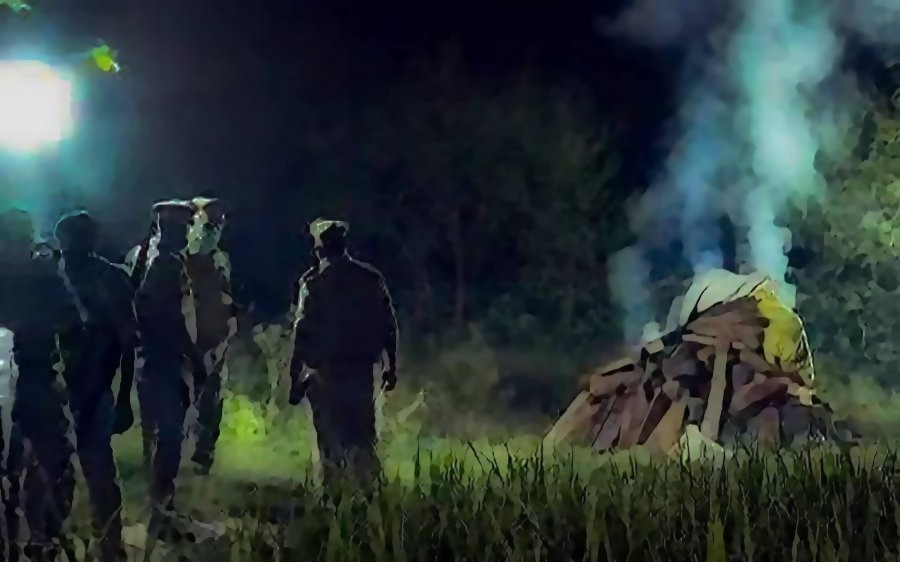 हाथरस गैंगरेप पीड़िता का अंतिम संस्कार करते पुलिसकर्मी. (फोटो: पीटीआई)