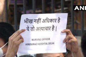 हिंदूराव अस्पताल के डॉक्टर और मेडिकल स्टाफ पिछले कई महीनों से वेतन को लेकर प्रदर्शन कर रहे हैं. (फोटो साभार: एएनआई)