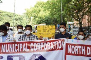 बीते दिनों हुआ उत्तरी दिल्ली नगर निगम के चिकित्साकर्मियों का एक प्रदर्शन. (फोटो: प्रभात कुमार/द वायर)