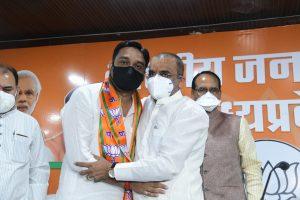मुख्यमंत्री शिवराज सिंह चौहान, भाजपा प्रदेशाध्यक्ष वीडी शर्मा के साथ राहुल लोधी. (फोटो साभार: ट्विटर/@BJP4MP)