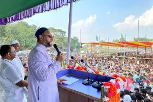 बिहार की एक चुनावी सभा में असदुद्दीन ओवैसी (फोटो साभार: फेसबुक/@Asaduddinowaisi)