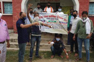 अगस्त महीने में बिहार सरकार द्वारा अनुमोदित नियोजित शिक्षक सेवाशर्त 2020 की प्रति जलाकर विरोध जताते बिहार के नियोजित शिक्षक. (फोटो साभार: ट्विटर/@Dharmendrajee1)