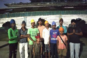 हलहलिया के गुरुद्वारे में किशन सिंह और सिख धर्म के अपनाने वाले लोगों के बच्चे. (सभी फोटो: हेमंत कुमार पांडेय)