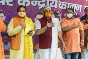 'लव जिहाद' के खिलाफ प्रण लेते विश्व हिंदू महासंघ के सदस्य. (फोटो: पीटीआई)