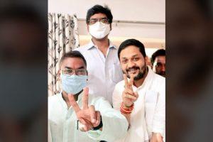 मुख्यमंत्री हेमंत सोरेन (बीच में) के साथ विजयी प्रत्याशी बसंत सोरेन (बाएं) और कुमार जयमंगल (दाएं). (फोटो साभार: फेसबुक)