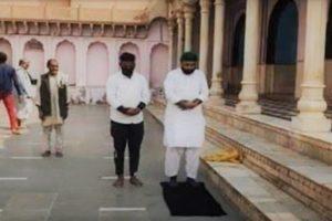 मथुरा के नंदबाबा मंदिर में नमाज़ पढ़ते फैजल और उनके साथी. (फोटो: वीडियोग्रैब/सोशल मीडिया)