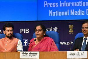 अनुराग ठाकुर और निर्मला सीतारमण के साथ पूर्व वित्त सचिव सुभाष गर्ग. (फोटो साभार: पीआईबी)