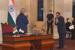 राष्ट्रपति रामनाथ कोविंद ने राष्ट्रपति भवन में आयोजित समारोह में यशवर्धन सिन्हा को सीआईसी की शपथ दिलाई. (फोटो साभार: ट्विटर)