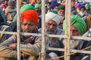 सिंघु बॉर्डर पर बैठे प्रदर्शनकारी किसान. (फोटो: पीटीआई)