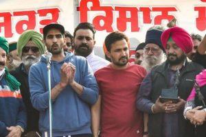 बॉक्सर विजेंदर सिंह नए कृषि कानूनों के खिलाफ दिल्ली के सिंघू बॉर्डर पर किसान आंदोलन में शामिल हुए. (फोटो: पीटीआई)