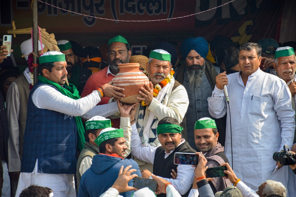 New Delhi: Bharatiya Kisan Union Spokesperson Rakesh Tikait receives a pitcher of water from farmers who arrived from far flung villages at Ghazipur border, in New Delhi, Friday, Jan. 29, 2021. (PTI Photo)(PTI01 29 2021 000191B)