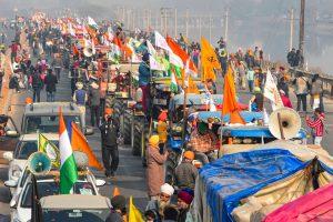 26 जनवरी को दिल्ली के जीटी करनाल रोड पर लगी ट्रैक्टरों की कतारें. (फोटो: पीटीआई)