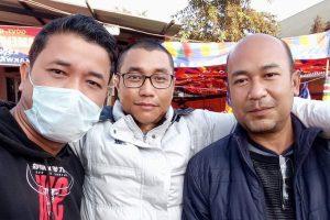 पत्रकार किशोरचंद वांगखेम (बाएं) के साथ पाओजेल चाओबा और प्रधान संपादक धीरेन साडोकपाम. (फोटो साभार: किशोरचंद वांगखेम)
