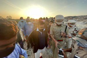 कर्नाटक के स्वास्थ्य मंत्री एवं चिकबलपुर से विधायक के. सुधाकर घटनास्थल का दौरा किया. (फोटो: टविटर @mla_sudhakar)