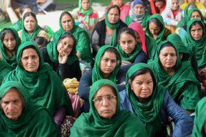 दिल्ली के सिंघू बॉर्डर पर बड़ी संख्या में महिला किसान भी कृषि कानूनों के खिलाफ धरने पर बैठी हैं. (फोटो: पीटीआई)