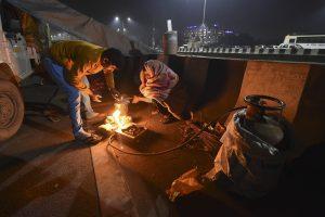 ग़ाज़ीपुर बॉर्डर पर खाने की व्यवस्था करते किसान. (फोटो: पीटीआई)