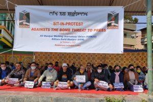 मणिपुरी अखबार पोकनाफाम के कार्यालय पर हमले के विरोध में पत्रकारों ने धरना दिया. (फोटो साभार: ट्विटर @iju_india)