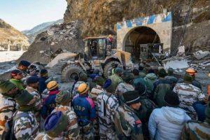 उत्तराखंड के तपोवन बांध के पास स्थित एक सुरंग के बाहर बचाव अभियान जारी है. (फोटो: पीटीआई)