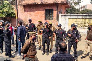 पोस्टमार्टम के दौरान अस्पताल के बाहर तैनात सुरक्षाकर्मी. (फोटो: पीटीआई)
