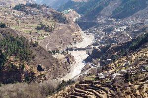 उत्तराखंड के चमोली जिले में ग्लेशियर टूटने से आई भीषण बाढ़ में क्षतिग्रस्त ऋषिगंगा जलविद्युत परियोजना. (फोटो: पीटीआई)