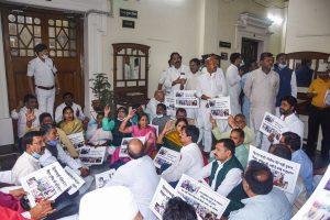 बीते मंगलवार को राजद विधायकों ने विधानसभा अध्यक्ष विजय कुमार सिंह के कक्ष के बाहर धरना दिया. (फोटो: पीटीआई)