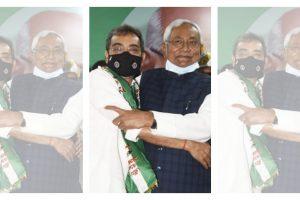 रालोसपा के जदयू में विलय के बाद उपेंद्र कुशवाहा के साथ मुख्यमंत्री नीतीश कुमार. (फोटो: ट्विटर)