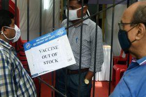 8 अप्रैल को मुंबई के एक टीकाकरण केंद्र पर वैक्सीन ख़त्म होने के बाद खड़े लोग. (फोटो: पीटीआई)