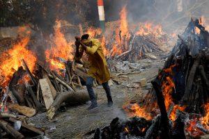 कोविड महामारी के दौर में लोगों की मौत का सिलसिला लगातार जारी है. दिल्ली के शवदाह गृह का हाल. (फोटो: रॉयटर्स)