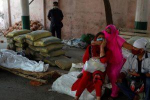 दिल्ली के शवदाह गृह में परिजन की मौत के बाद शोक संतप्त परिवार. (फोटो: रॉयटर्स)