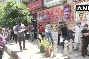 गौतम गंभीर के कार्यालय के बाहर दवा लेने के लिए खड़े लोग. (फोटो साभार: एनएनआई)
