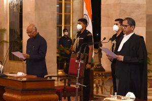 जस्टिस एनवी रमना को सीजेआई पद की शपथ दिलवाते राष्ट्रपति रामनाथ कोविंद. (फोटो साभार: राष्ट्रपति भवन)