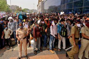 लोकमान्य तिलक टर्मिनस स्टेशन के बाहर उमड़ी प्रवासी मजदूरों की भीड़. (फोटो: रॉयटर्स)