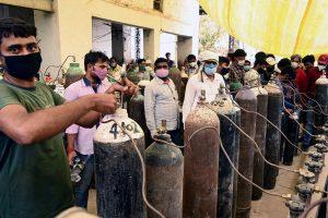 इलाहाबाद के एक प्लांट में ऑक्सीजन की लाइन में लगे मरीजों के परिजन. (फोटो: पीटीआई)