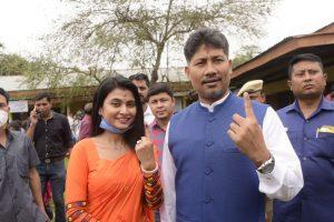 पत्नी एमी बरूआ के साथ भाजपा नेता और मंत्री पीयूष हजारिका. (फोटो साभार: फेसबुक)