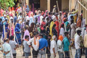 ग्राम पंचायत चुनाव में वोट देने के लिए गोरखपुर के एक मतदान केंद्र पर खड़े मतदाता. (फोटो: पीटीआई)