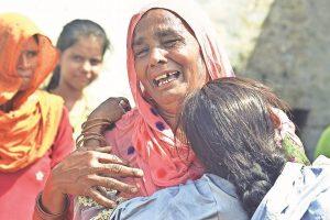 अलीगढ़ जहरीली शराब कांड में मारे गए लोगों के परिजन. (फाइल फोटो: पीटीआई)