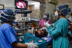 ब्लैक फंगस के मरीज की जांच करते चिकित्सक. (फोटो: पीटीआई)