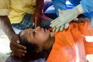 उत्तर के गाजियाबाद शहर के इंदिरापुरम इलाके के एक एंबुलेंस कोविड-19 से पीड़ित एक मरीज. (फोटो: पीटीआई)